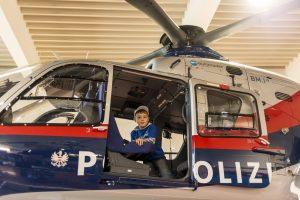 Felix fliegt in einem Polizeihubschrauber