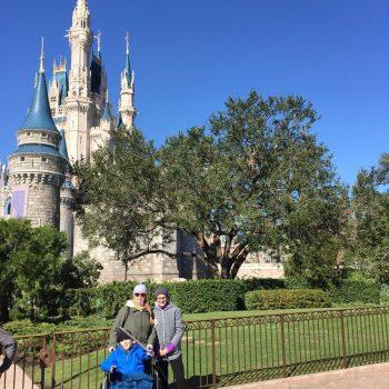 Eren fährt ins Disneyland