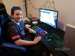 Zocker Fabio wird mit Gaming-PC, Spiel und Lenkrad überrascht