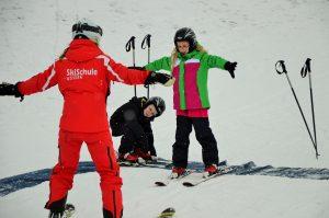 Guus und Kirsten lernen Skifahren