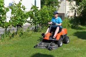 Jakob freut sich über seinen neuen Rasenmäher