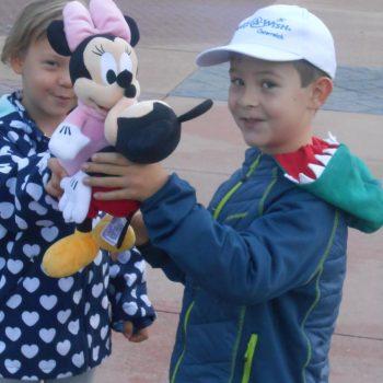 Ein Treffen mit Mickey Mouse im Disneyland für Jonas