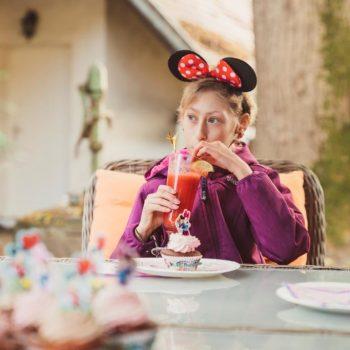 Lilli lernt Minnie Mouse im Disneyland Paris kennen