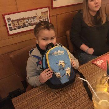 Mateusz freut sich über sein iPhone