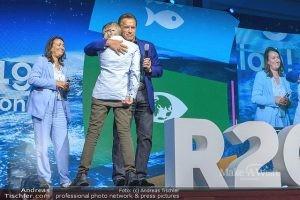 Maximilian trifft sein Idol Arnold Schwarzenegger