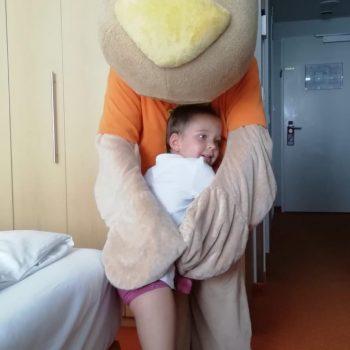 Valentina darf Sunny Bunny endlich in die Arme schließen