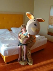 Emely trifft Sunny Bunny in der Therme