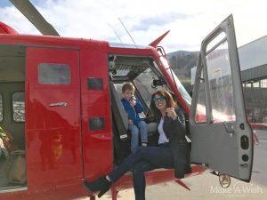 Henri fliegt in einem Hubschrauber