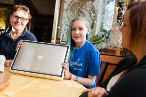 Franka freut sich über ein neues MacBook Pro