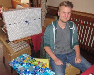 Leonhard freut sich über seinen Computer
