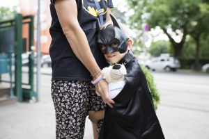 Luca als Batman im Disneyland Paris