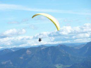 Aurelia über den Wolken beim Paragliding