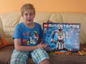 Patrick bekommt einen Lego-Roboter