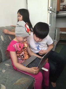 Rajana skypt mit ihrer Familie am neuen Laptop