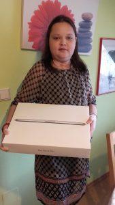 Tanja freut sich riesig über ihr MacBook