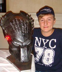 Daniel freut sich über eine Predator-Maske