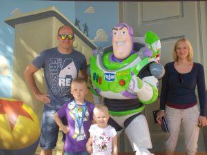 Xavi trifft Buzz Lightyear im Disneyland